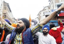 "Sikhs shout ""Kashmir banega Pakistan"" while protesting 'desecration' of holy book"